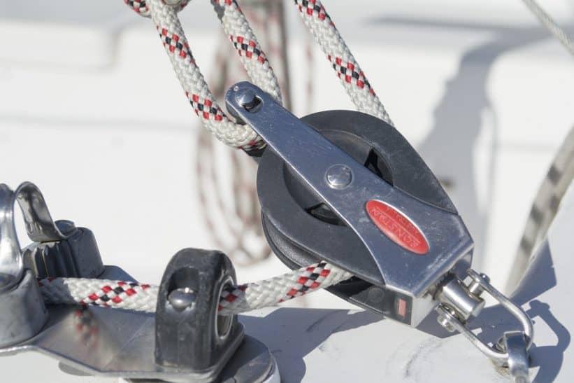 Das Bild zeigt Seilsicherung auf einem Segelboot und spielt an auf notwendige technologische Maßnahmen, die IT-Sicherheit braucht.