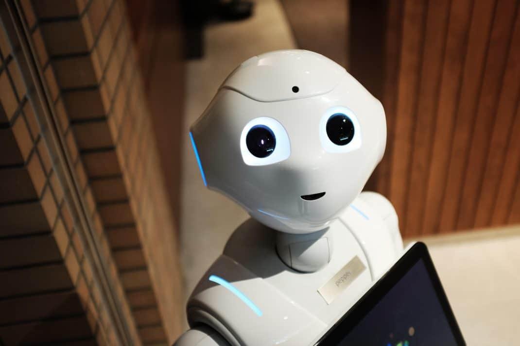 """Motiv zum Beitrag """"Digitale-Souveränität durch Innovation aus Deutschland"""" zeigt einen Roboter mit einem Tablet in der Hand."""