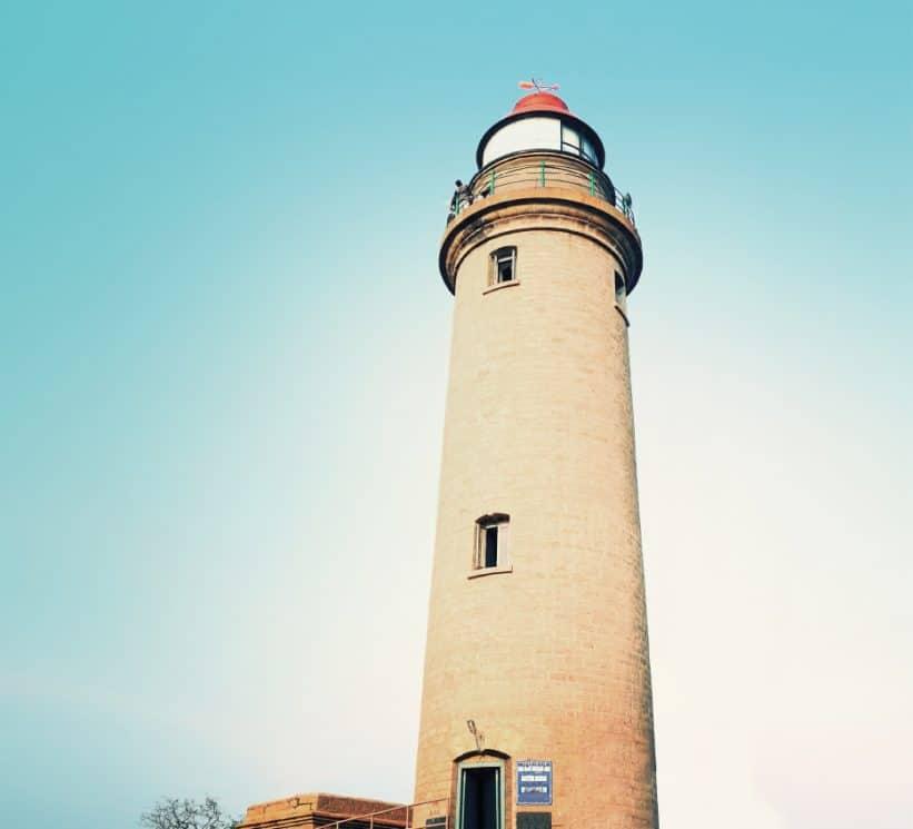 Ausschnitt vom Cover-Bild zeigt einen Leuchtturm las Symbol für Orientierung und Sicherheit im Kontext von IT-Sicherheit.