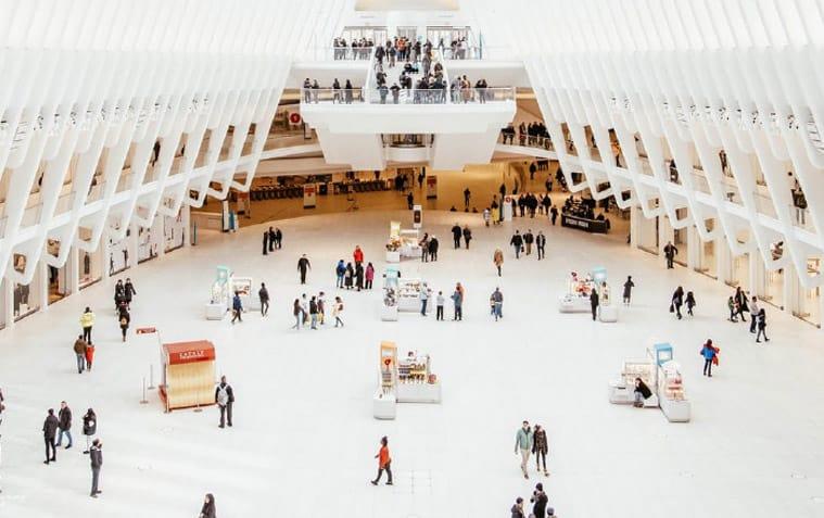 Das Motiv zeigt eine Gebäude von innen mit Menschen symbolisch für IT-Sicherheit im Umfeld der Gebäudeleittechnik