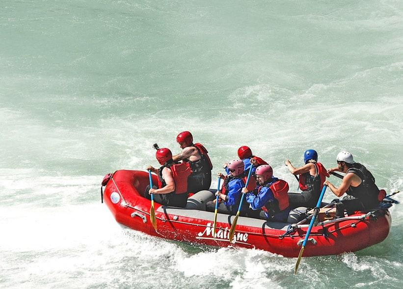 Das Bild zeigt Rafting symbolisch für IT-Krisenmanagement.